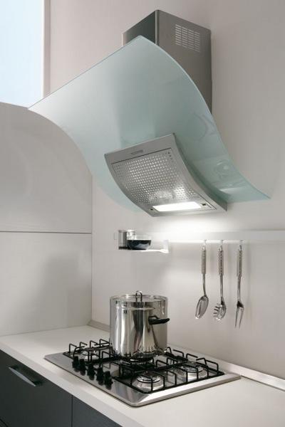 Кухня в коттедже с двумя окнами фото оснащены фурнитурным